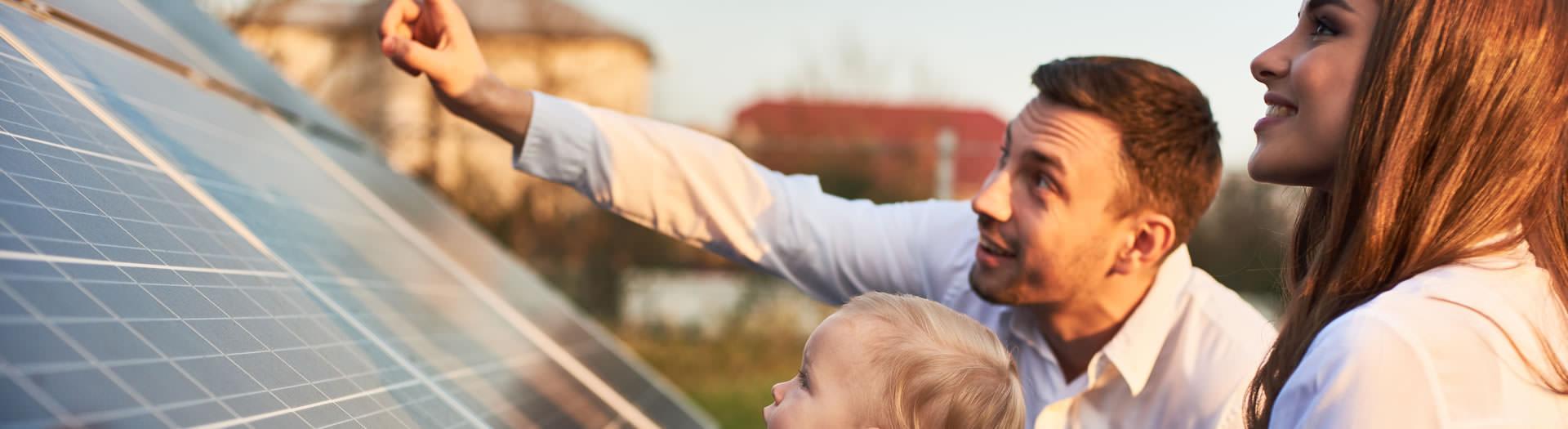 Famille qui regarde les panneaux solaires