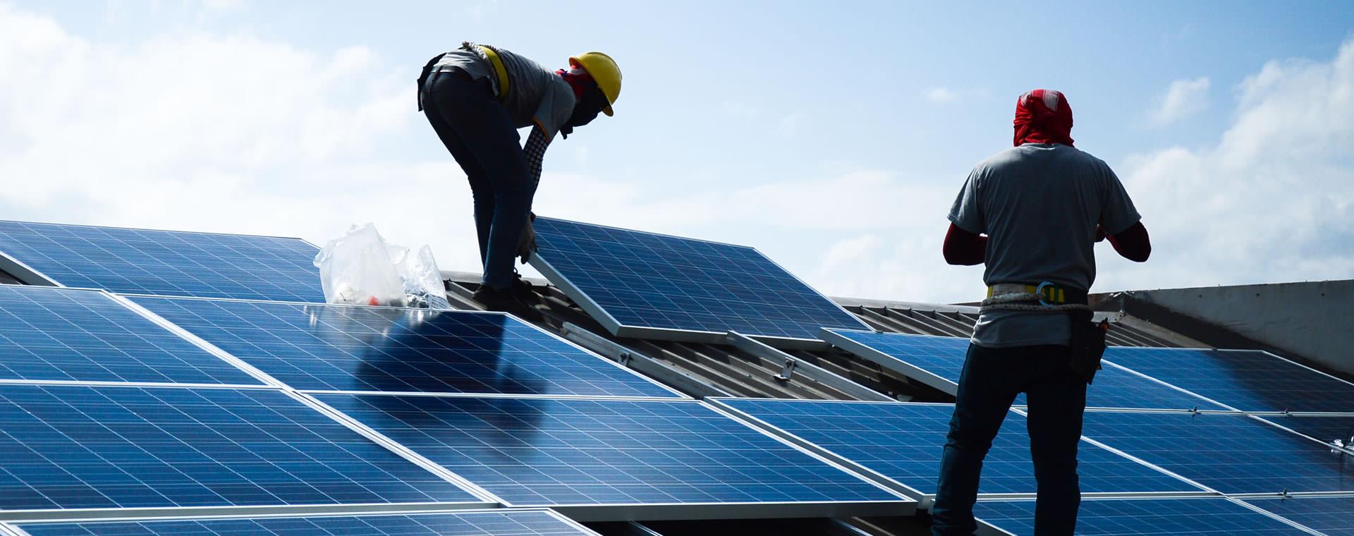 Installation d'une cellule solaire sur un toit