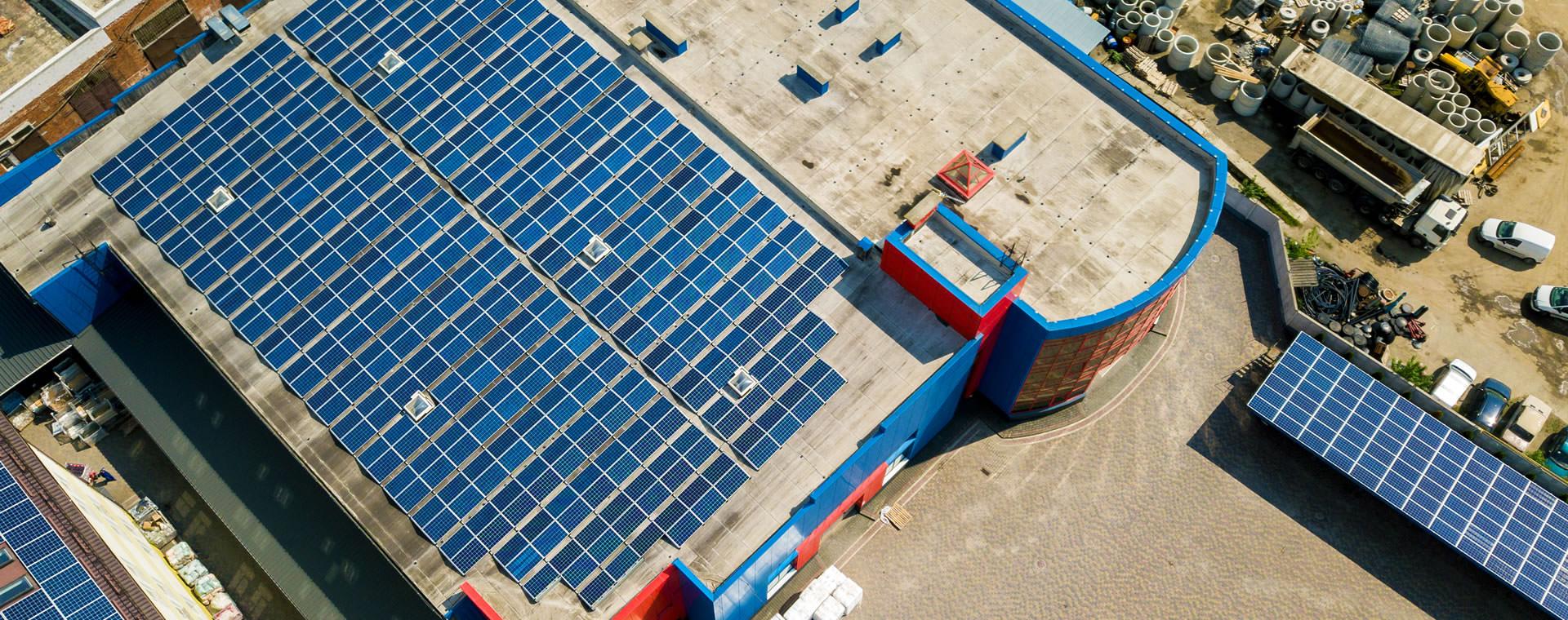 Panneaux solaires photovoltaïques montés sur un toit industriel